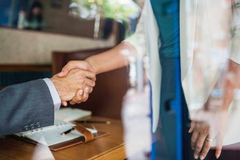 Handschlag im Pflandleihaus